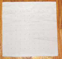 Буфы - это —интересная отделка для платья и блузок. Для стежков и складок фигурныхбуф ориентиром являются ряды равноудаленных точек на изнаночной сторонеткани. Чтобы добиться ровных, профессионально выполненных буф,располагайте эти точки на равном расстоянии друг от друга параллельнымирядами. Переносите точки на изнаночную сторону ткани, так чтобы рядыпроходили параллельно основной и уточной нитям ткани. Это будетгарантировать, что готовые буфы лягут ровными изящными складками