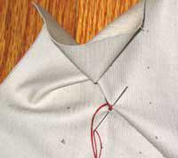 И сново нитку натягивают так туго, чтобы полученные складочки стояли, но их можно было бы сдвинуть. Каждые два конца нитки завязывают узлом.