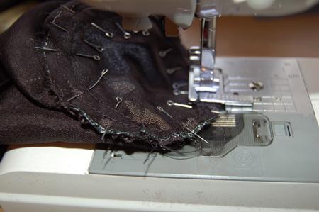 Соединяем получившееся плотное донышко с основной деталью, аккуратно формируя сборку. Детали лучше предварительно сметать.